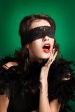 Retrato da mulher bonita com cabelo marrom longo. Retrato do close up de um modelo de forma que levanta no estúdio no fundo verde Imagem de Stock Royalty Free