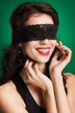 Retrato da mulher bonita com cabelo marrom longo. Retrato do close up de um modelo de forma que levanta no estúdio no fundo verde Imagens de Stock Royalty Free