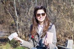 Retrato da mulher bonita com a carteira nas mãos imagem de stock royalty free