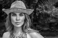 Retrato da mulher bonita com chapéu de palha em um dia ensolarado Fotografia de Stock Royalty Free