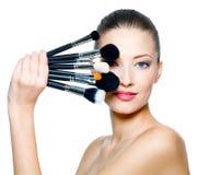 Retrato da mulher bonita com escovas da composição Imagens de Stock