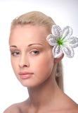 Retrato da mulher bonita com flor branca Imagem de Stock Royalty Free