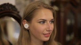 Retrato da mulher bonita com fones de ouvido sem fio A menina bonita está sorrindo filme
