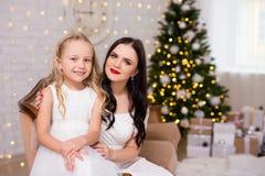 Retrato da mulher bonita com a menina bonito em l decorado fotografia de stock royalty free