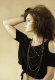 Retrato da mulher bonita com o cabelo castanho-aloirado selvagem que olha ao lado Imagem de Stock Royalty Free