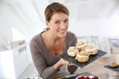 Retrato da mulher bonita com pastelarias imagem de stock royalty free