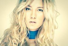 Retrato da mulher bonita com penteado bonito. Fotos de Stock Royalty Free