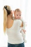 Retrato da mulher bonita com seus 3 meses do bebê idoso no bi Foto de Stock