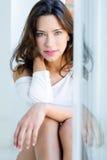 Retrato da mulher bonita com sorriso em casa Fotografia de Stock Royalty Free