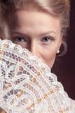 Retrato da mulher bonita com um fã oriental em sua cara Fotos de Stock Royalty Free