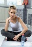 Retrato da mulher bonita da aptidão com a garrafa da água fotos de stock royalty free