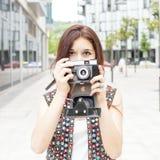 Retrato da mulher bonita da hippie que toma imagens com Ca retro Fotografia de Stock Royalty Free