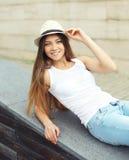 Retrato da mulher bonita de sorriso bonito que veste um chapéu de palha do verão imagem de stock royalty free