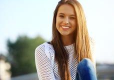 Retrato da mulher bonita de sorriso dos jovens Retrato do close-up de um levantamento novo fresco e bonito do modelo de forma ext Foto de Stock Royalty Free