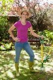 Retrato da mulher bonita de sorriso que guarda a forquilha de jardinagem Foto de Stock