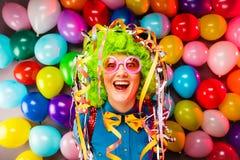 Retrato da mulher bonita do partido na peruca e nos vidros Carneval fotos de stock royalty free