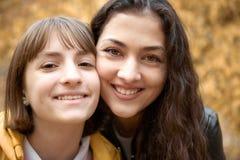 Retrato da mulher bonita e da menina adolescente Estão levantando no parque do outono Paisagem bonita no outono imagens de stock