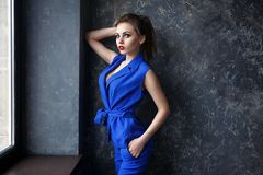 Retrato da mulher bonita em um estilo da forma fotografia de stock royalty free