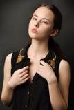 Retrato da mulher bonita em um vestido preto Fotos de Stock