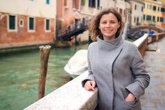 Retrato da mulher bonita em Veneza, Itália Menina que levanta no canal venetian Fim de semana em Venezia fotografia de stock
