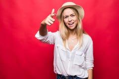 Retrato da mulher bonita emocional no chapéu de palha que grita e que aponta o indicador na câmera como a acusação de você isolad fotografia de stock