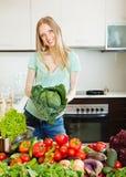 Retrato da mulher bonita feliz com vegetais crus imagem de stock