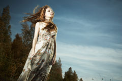Retrato da mulher bonita na madeira Fotos de Stock Royalty Free