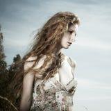 Retrato da mulher bonita na madeira Fotos de Stock