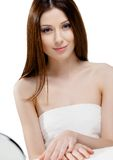 Retrato da mulher bonita na toalha foto de stock