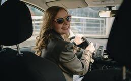 Retrato da mulher bonita no carro novo Imagem de Stock