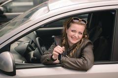 Retrato da mulher bonita no carro novo Foto de Stock Royalty Free