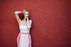 Retrato da mulher bonita no vestido vermelho, sorrindo fotos de stock