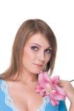 Retrato da mulher bonita nova com flor fotografia de stock royalty free