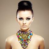 Retrato da mulher bonita nova com joia Fotografia de Stock