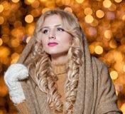 Retrato da mulher bonita nova com o cabelo justo longo exterior em um dia de inverno frio. Menina loura bonita na roupa do inverno Imagem de Stock Royalty Free