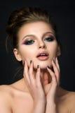 Retrato da mulher bonita nova com olhos azuis Imagem de Stock