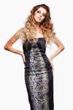 Retrato da mulher bonita nova com penteado desgrenhado encaracolado fotos de stock royalty free