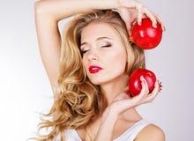 Retrato da mulher bonita nova com romã Imagem de Stock Royalty Free