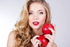 Retrato da mulher bonita nova com romã Fotos de Stock