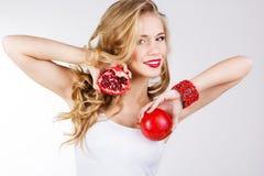Retrato da mulher bonita nova com romã Imagens de Stock