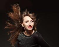 Retrato da mulher bonita nova com voo do cabelo longo Imagens de Stock Royalty Free