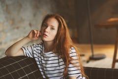 Retrato da mulher bonita nova do ruivo que relaxa em casa na noite acolhedor do inverno do ot do outono imagens de stock royalty free