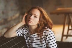 Retrato da mulher bonita nova do ruivo que relaxa em casa na noite acolhedor do inverno do ot do outono fotos de stock royalty free