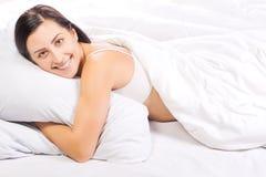 Retrato da mulher bonita nova na cama Imagens de Stock Royalty Free