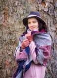 Retrato da mulher bonita nova no lenço do sem-fim fotos de stock royalty free