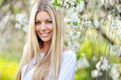 Retrato da mulher bonita nova, no na verde do verão do fundo Foto de Stock Royalty Free