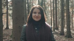Retrato da mulher bonita nova que anda no parque do outono Menina que anda em Forest In Fall, conceito do estilo de vida Imagem de Stock Royalty Free