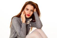 Retrato da mulher bonita nova que fala no telefone sobre o whit Imagens de Stock Royalty Free