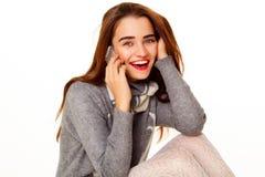 Retrato da mulher bonita nova que fala no telefone sobre o whit foto de stock royalty free