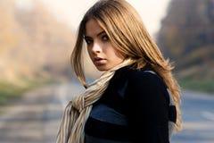 Retrato da mulher bonita perto de uma estrada Fotos de Stock Royalty Free
